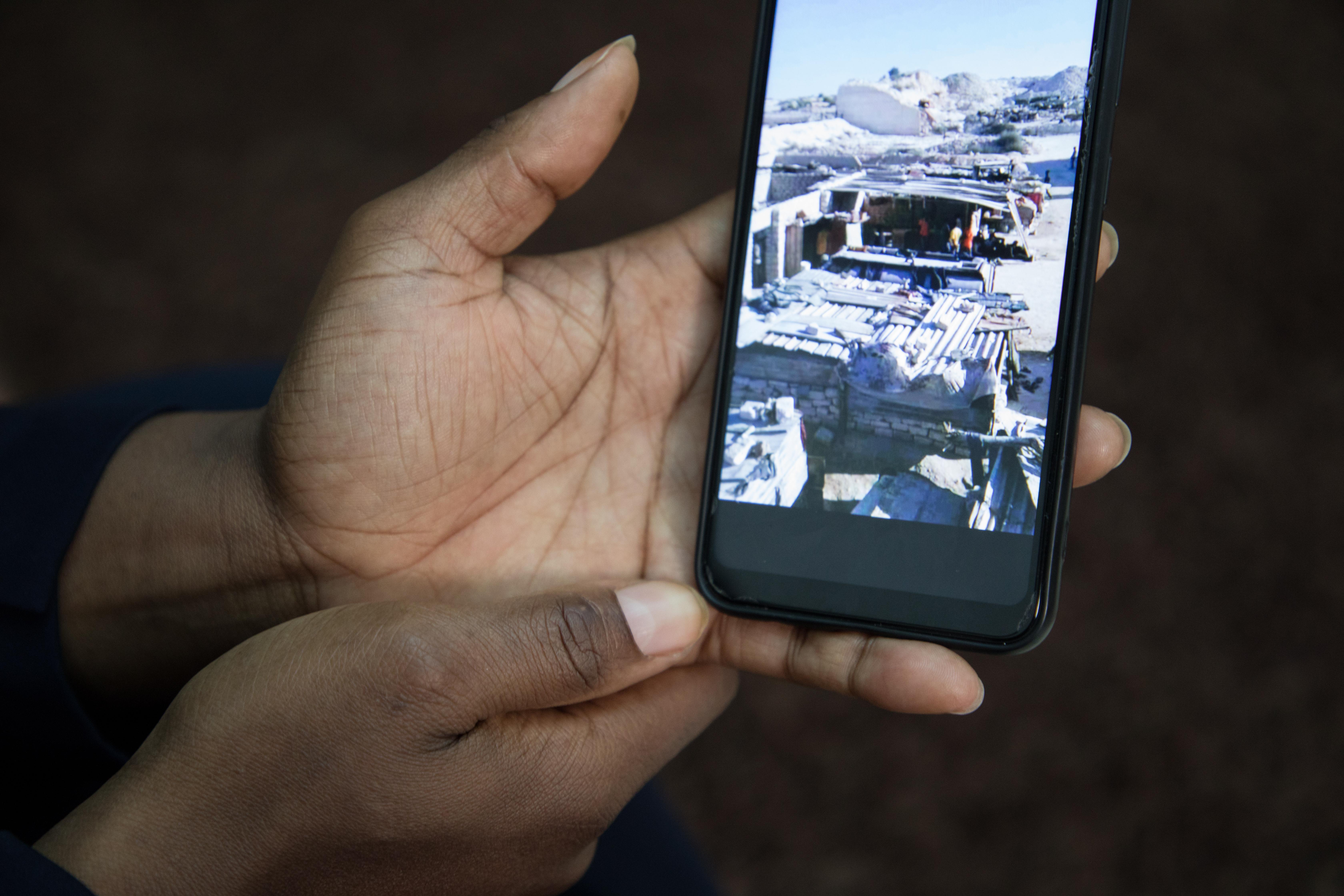 """«Ici en Libye, tu ne dors pas avec deux yeux comme on dit. Tu dors avec un œil ouvert.»A l'image un """"campo"""", une deces prisons clandestines, où les migrantssont retenus captifs."""