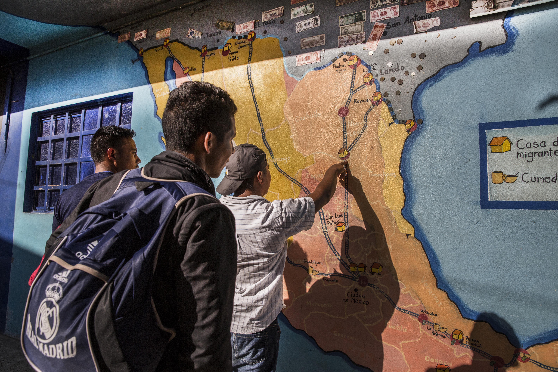 Un homme pointe un refuge sur une carte du Mexique.Juan Carlos Tomasi/MSF