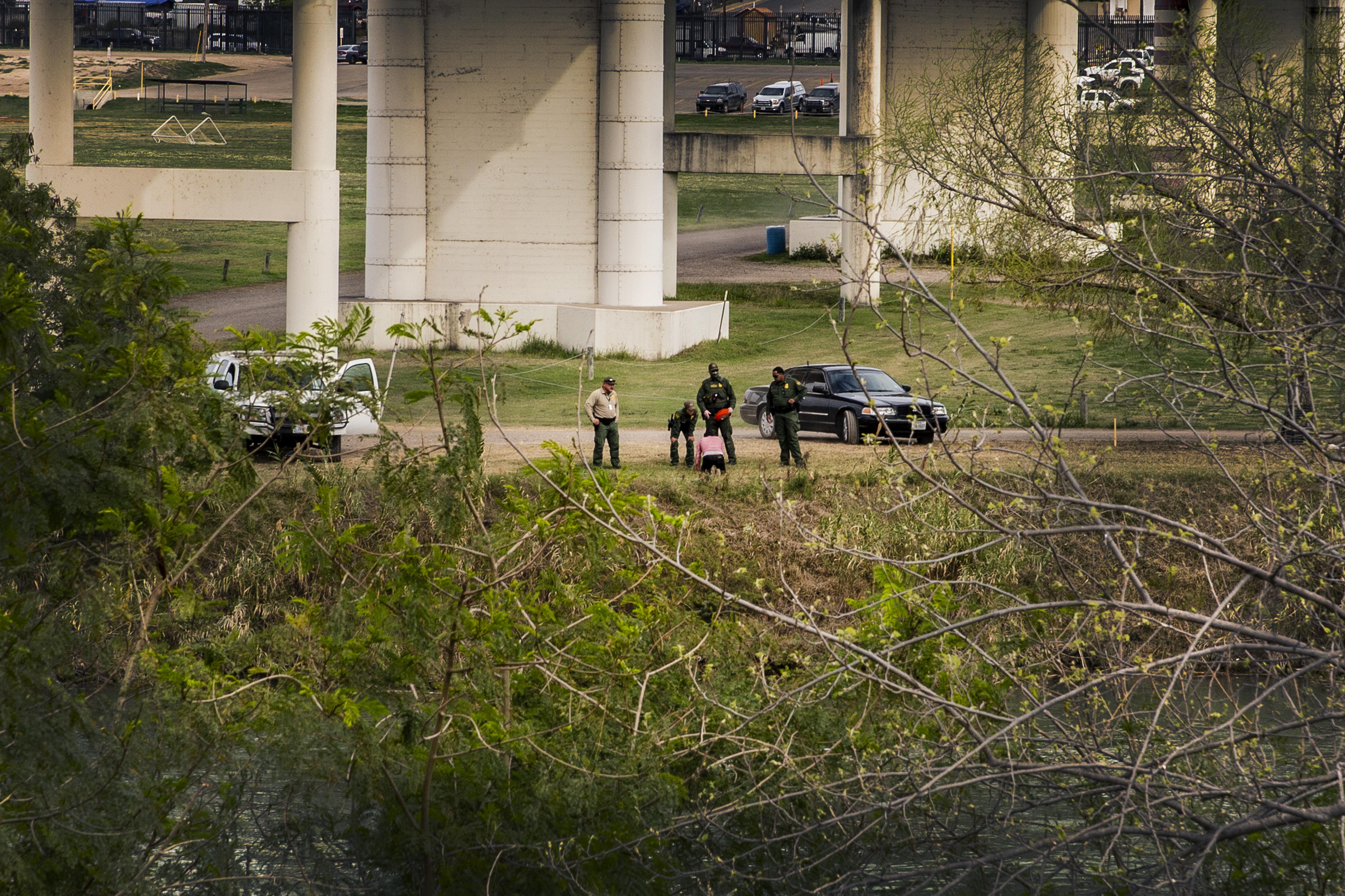 Un couple de migrants est arrêtéparla police des frontièresaméricaine au pont international Eagle Pass. Juan Carlos Tomasi/MSF