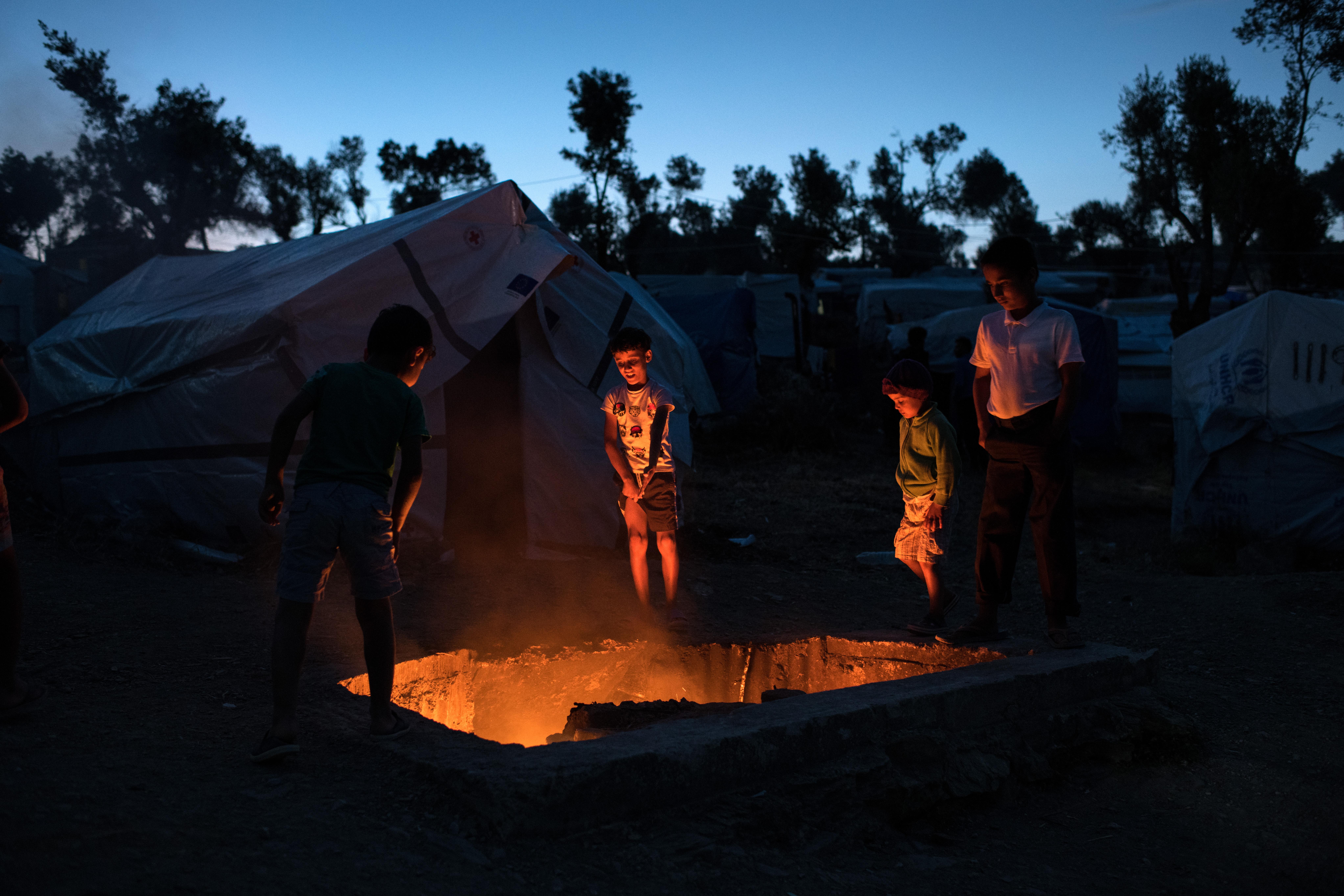 À la tombée de la nuit, dans le camp de Moria, mai 2018. ©Robin Hammond/Witness Change