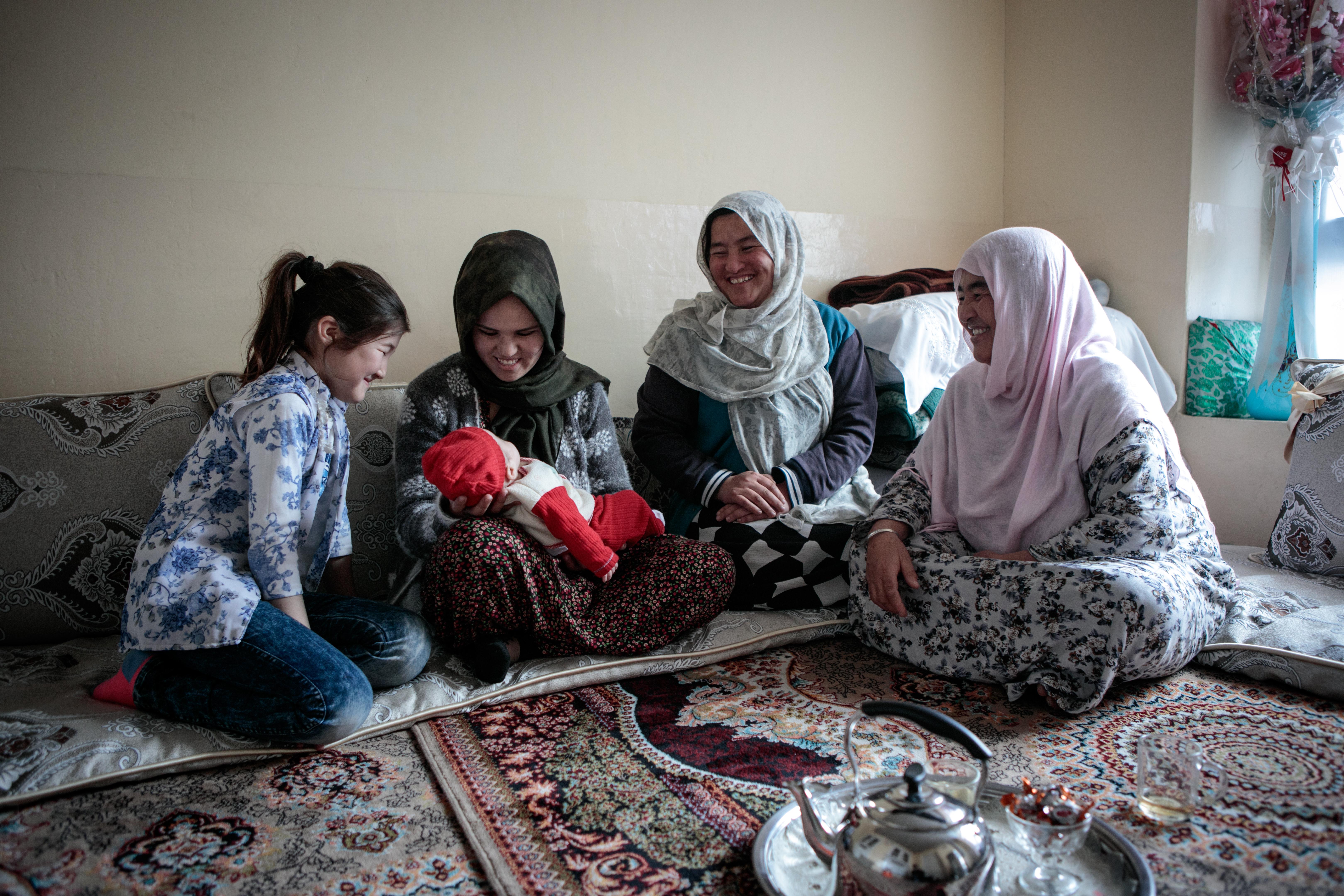 Hosnia s'est mariée l'année dernière. Elle vit depuis avec son mari chez sa belle-famille, comme la tradition afghane le veut. 10 personnes habitent dans la maison : la jeune femme, son mari et leur fille, ainsi que les beaux-parents, le frère et les quatre sœurs de l'époux. Dans leur chambre, Hosnia partage un thé avec sa belle-mère et sa jeune nièce.