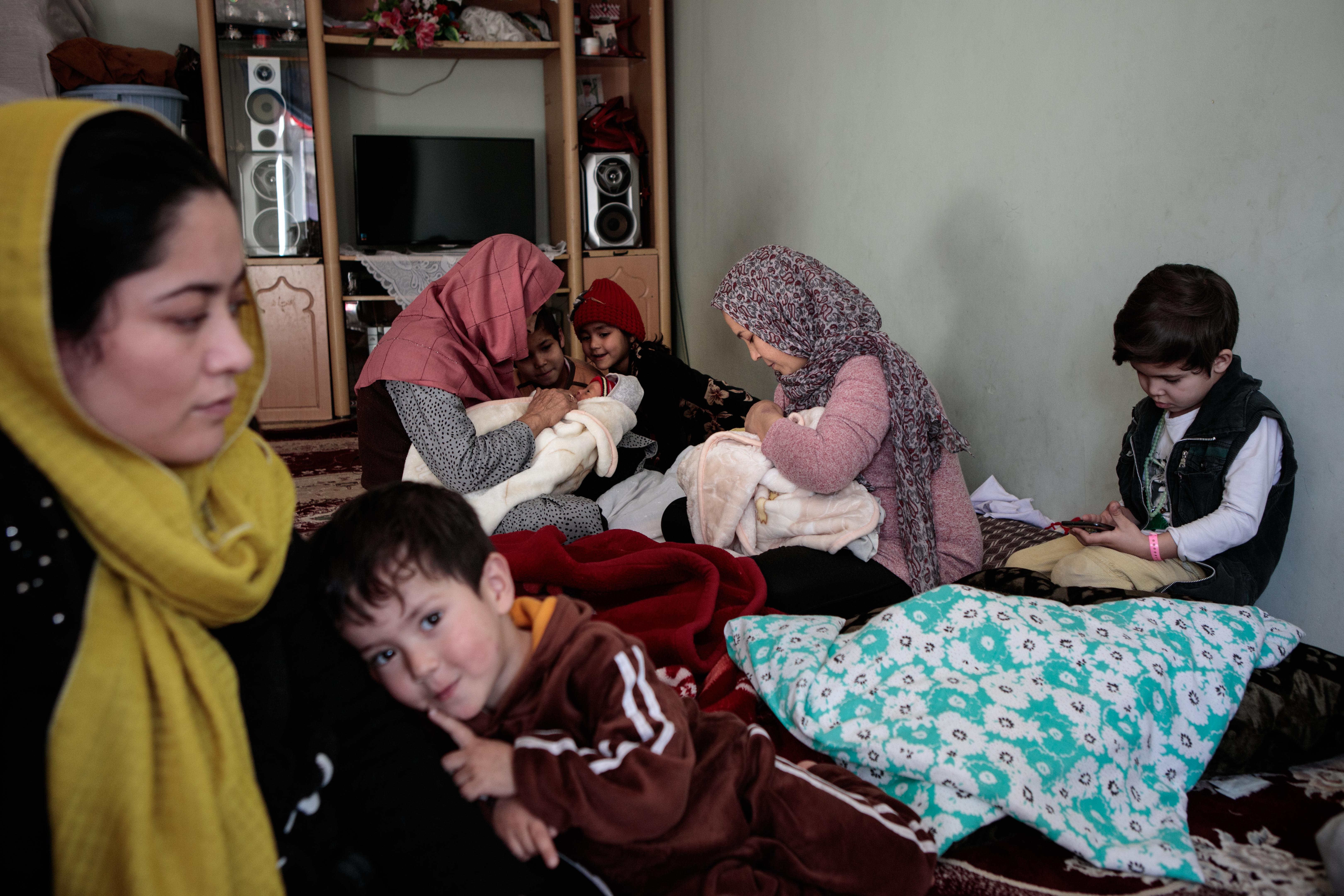 Six enfants, sixgarçons. Zakia aurait aimé avoir une fille.Sa mère aussi aurait préféré que cette grossesse lui donne une fillepour l'aider dans ses tâches quotidiennes. Les femmessont unanimes : élever une fille est plus difficile ;ily a plus de choses àapprendredans la perspective de semarier.Plus de règles à respecter aussi, etplus de responsabilités. En Afghanistan, même si les deux parents participent àl'éducation,les mères sont souventplus impliquées.