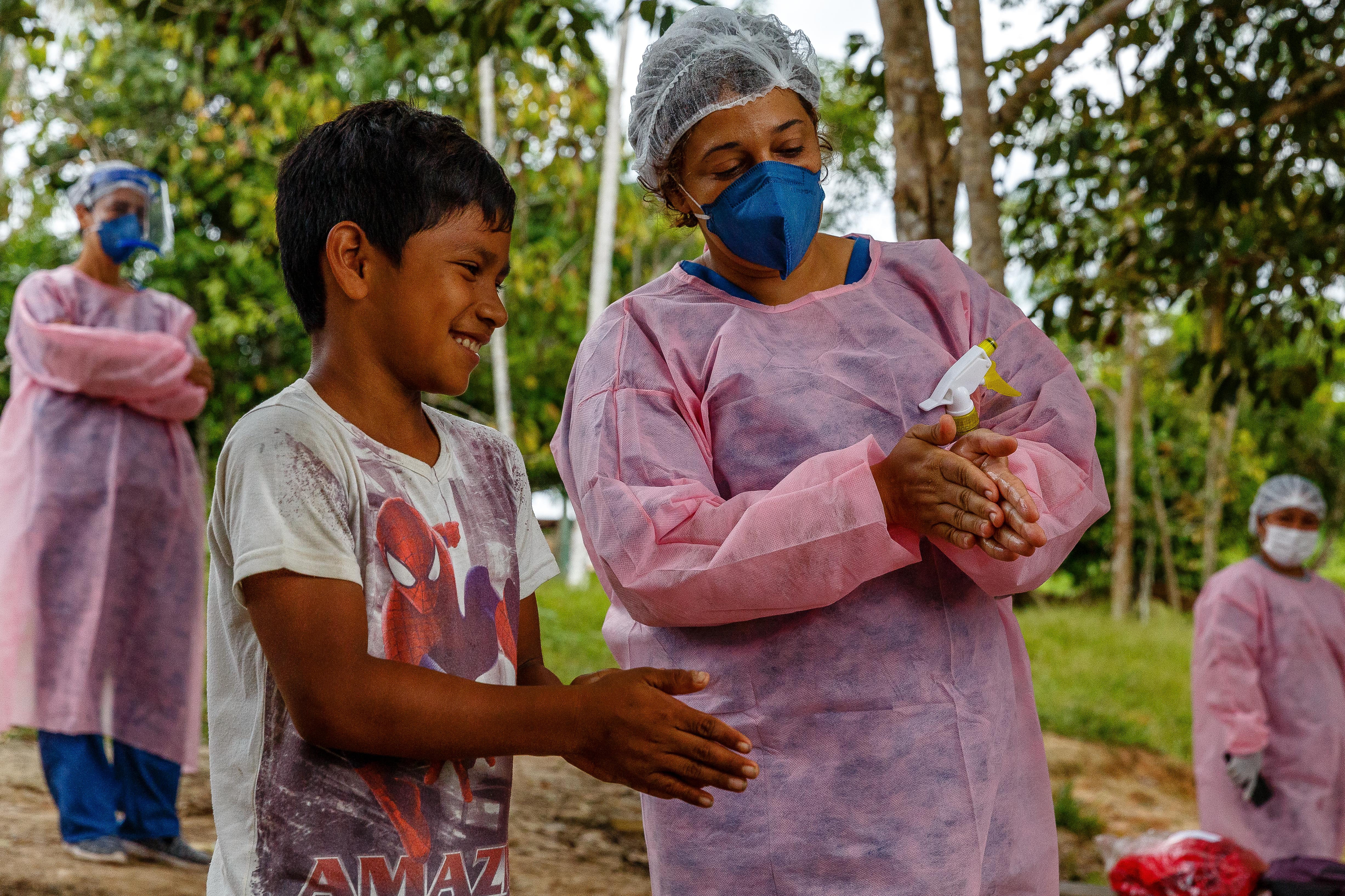 Nara Duarte, infirmière MSF, enseigne à un enfant la manière dont on se lave correctement les mains. État d'Amazonas, Brésil, juillet 2020. © Diego Baravelli/MSF.