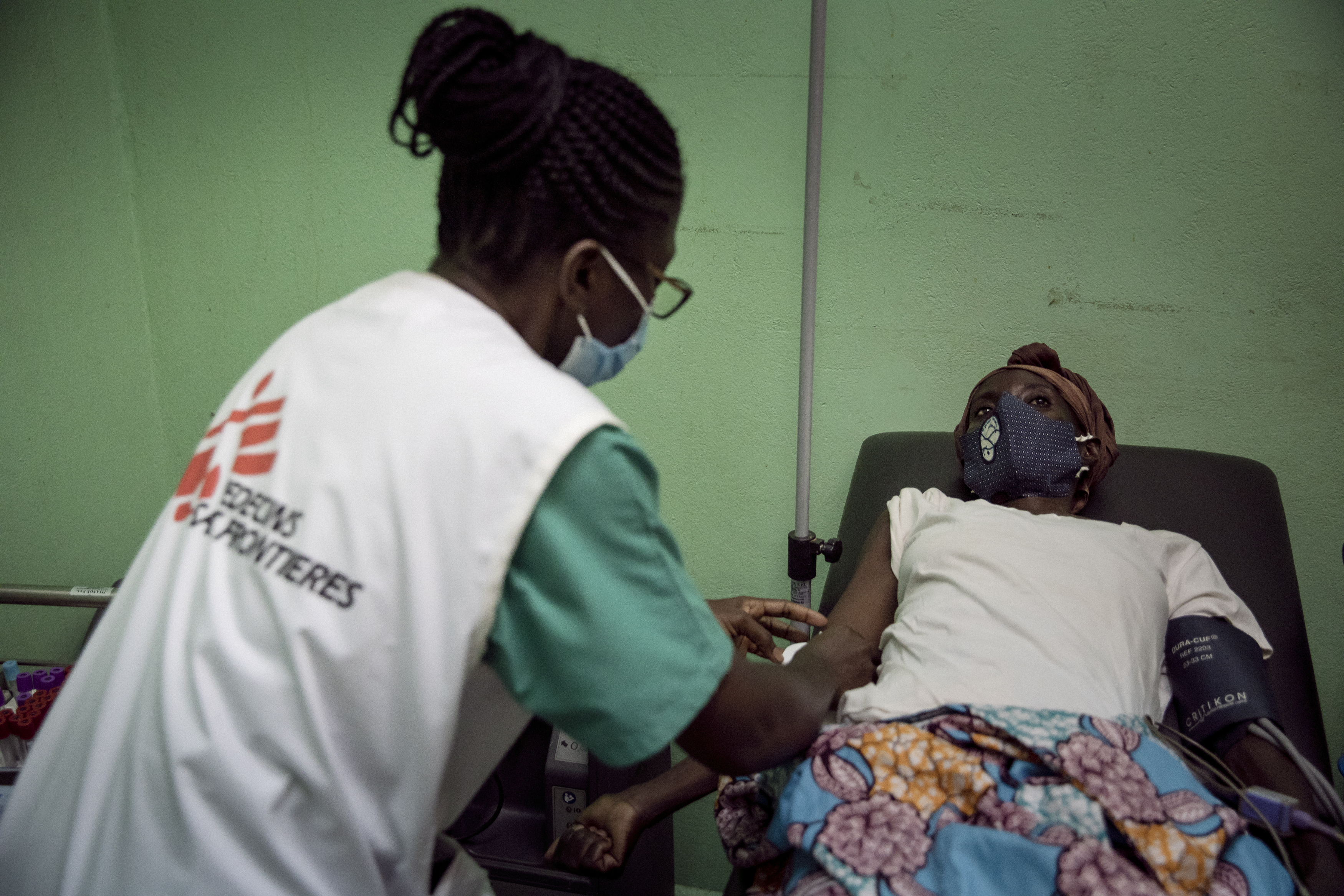 Josiane, infirmière pour MSF, prend en charge  une patiente de 42 ans, à l'hôpital communautaire de Bangui, le 25 novembre 2020. Cette dernière a des  palpitations cardiaques depuis une semaine et vomit constamment depuis  deux jours. Crédit : Adrienne Surprenant/Collectif Item