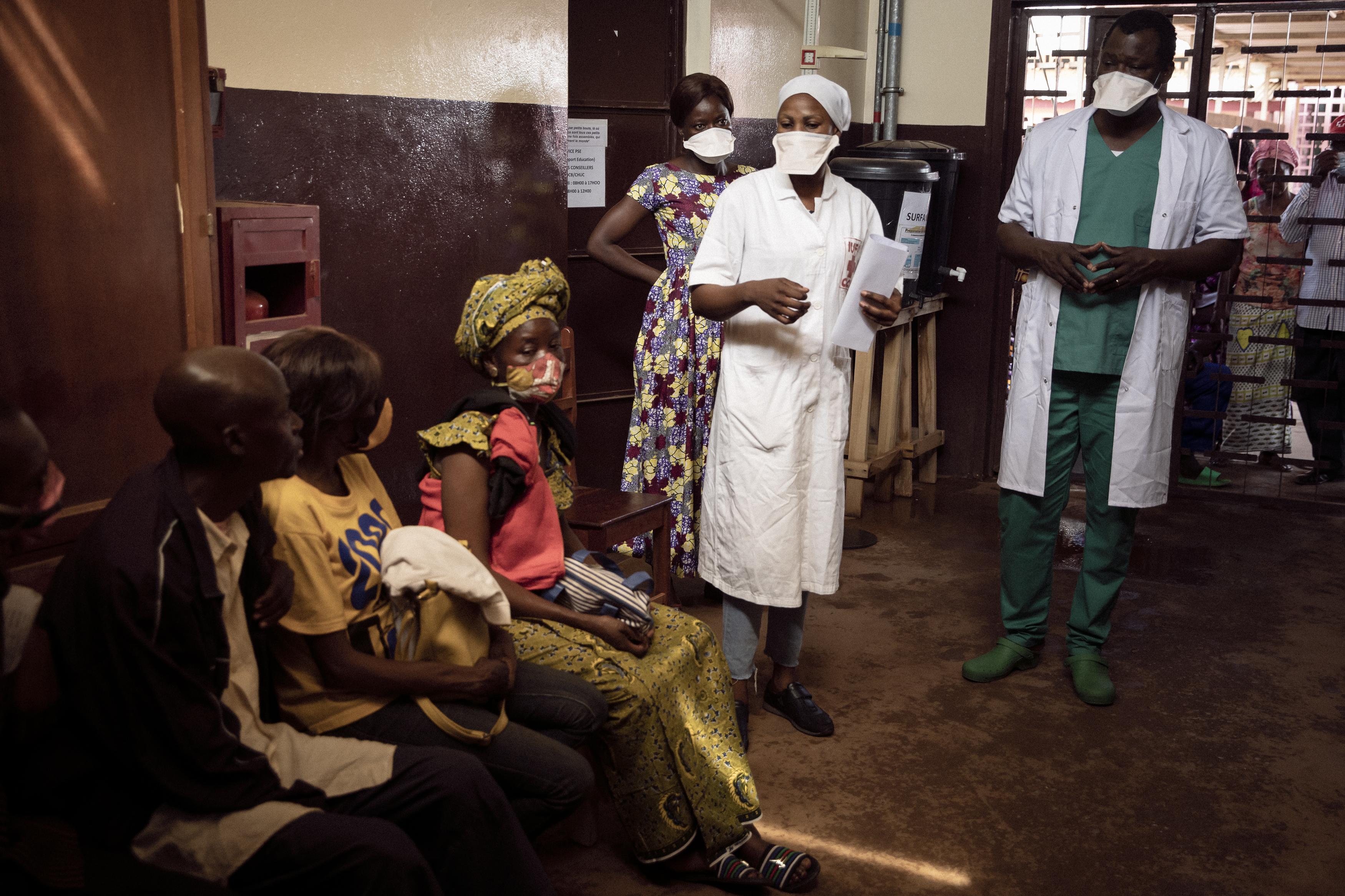 Fidèle Marc travaille à l'hôpital communautaire de Bangui depuis deux mois.  Le 24 novembre 2020, le psychologue participe à  une séance de sensibilisation pour les patients du service de médecine  générale, dont beaucoup sont séropositifs. Crédit : Adrienne Surprenant/Collectif Item