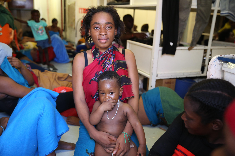 Candy, Ivoirienne de 28 ans, avec son petit garçon, Dival.