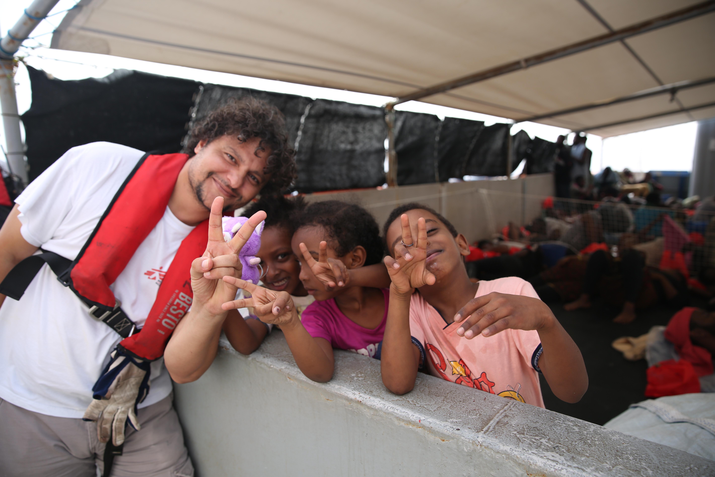 Les enfants d'Abu Omar avec le médiateur culturel MSF.