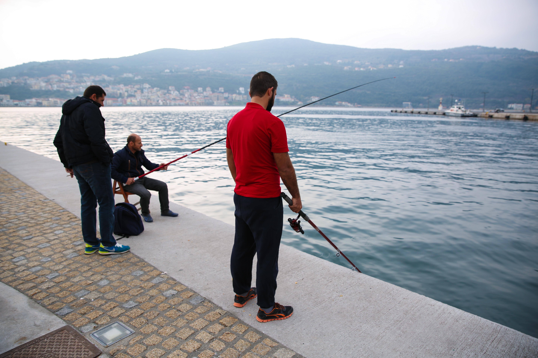 Guhdar Ibrahim passe ces journées à pêcher sur le port de Samos pour que sa famille ait un repas décent.